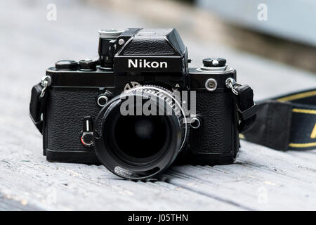 nikon old manual camera how to open film compartment